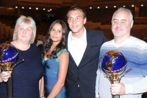Артем Дзюба с женой и родителями